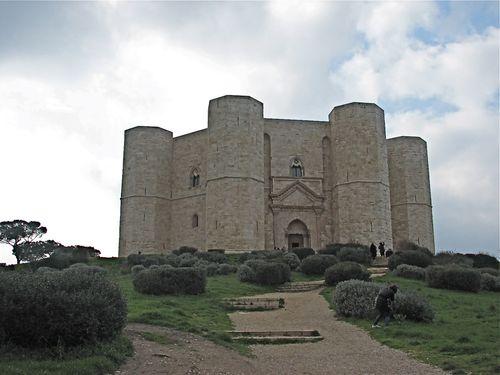 Front Castel del Monte